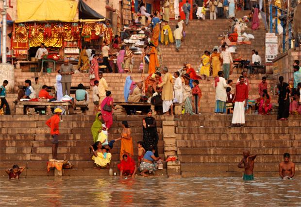 Los ghats se llenan de gente realizando pujas