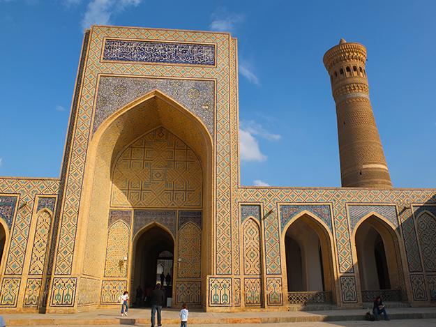 El pórtico de entrada y el minarete