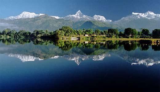 Vistas del lago con los Anapurnas al fondo