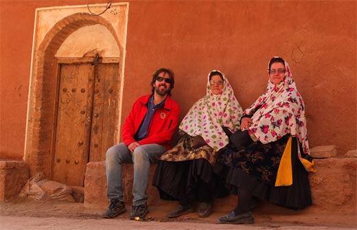 El autor con mujeres de Abyaneh