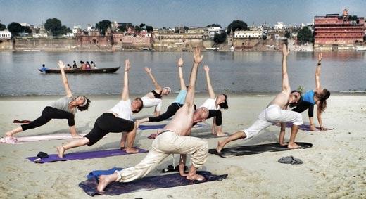 Yoga en Varanasi a orillas del Ganges