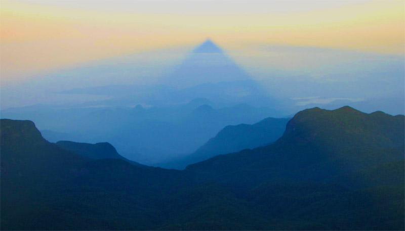 Sombra de la cumbre sobre el horizonte