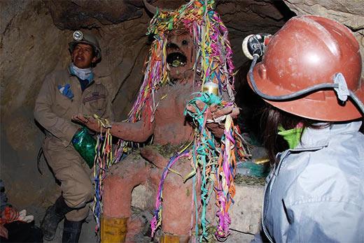 """Imagen del """"Tío"""" en el interior de la mina"""