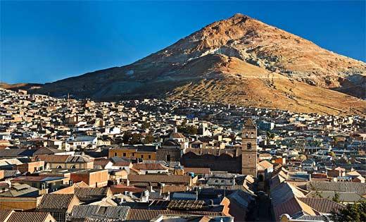 La ciudad de Potosí con el Cerro Rico al fondo