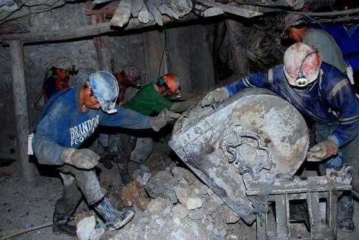 Mineros descargando una carretilla