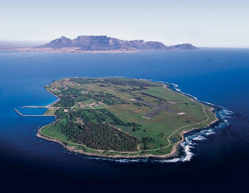 Vistas de Robben Island con Ciudad del Cabo al fondo