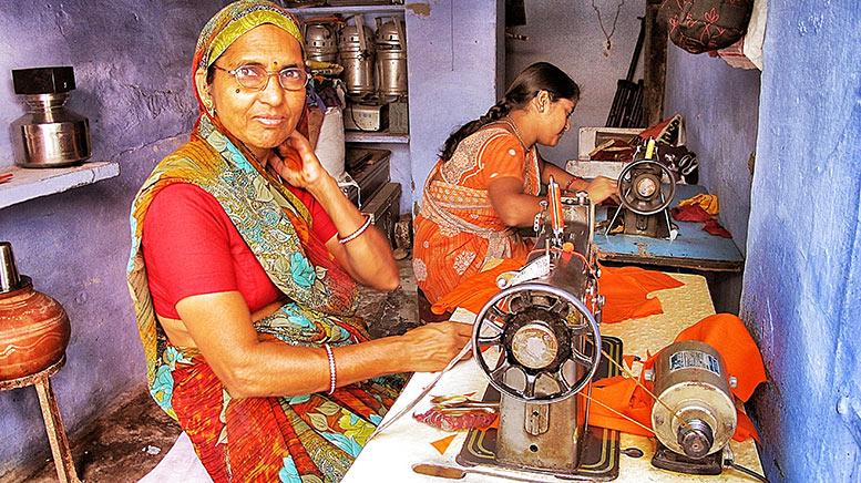 Mujeres cosiendo en un taller