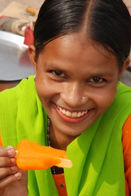 Niña India comiéndose un helado