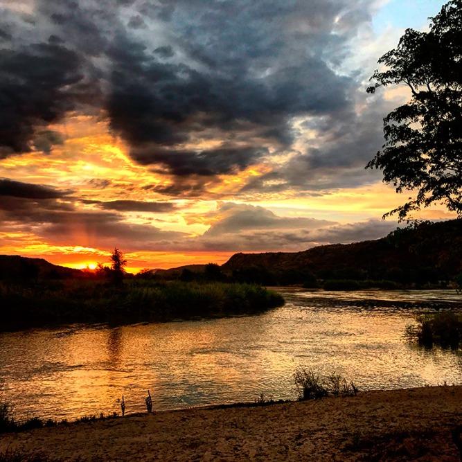 Atardecer sobre el río Cunene