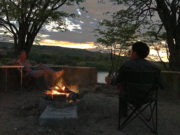 Disfrutando de Africa. Un fuego, una cerveza y un atardecer.
