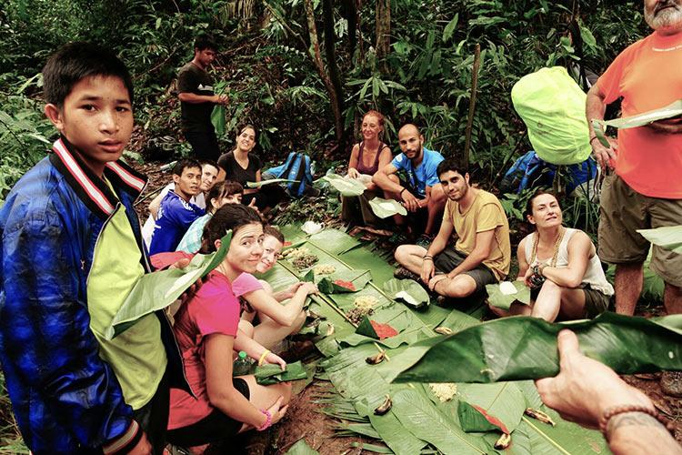 Comiendo con una familia en Laos