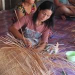 Mujer realizando cestos de paja. Proyecto local en Malasia