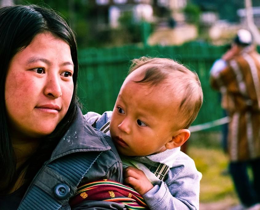 bhutanese-woman-with-kid-2725144_1280