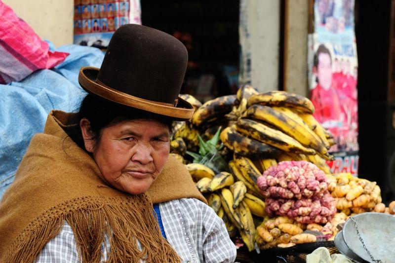 Foto de Ruta por De Atacama, Uyuni a Machu Picchu Mujer boliviana con sombrero típico