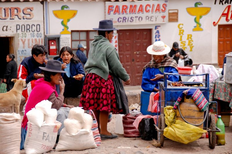 Foto de Ruta por De Atacama, Uyuni a Machu Picchu Vendedoras ambulantes