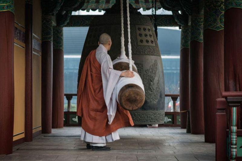 Foto de Ruta por El rincón desconocido de Asia Monje tocando la campana