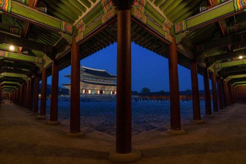Foto de Ruta por El rincón desconocido de Asia Palacio de Gyeongbokgung por la noche