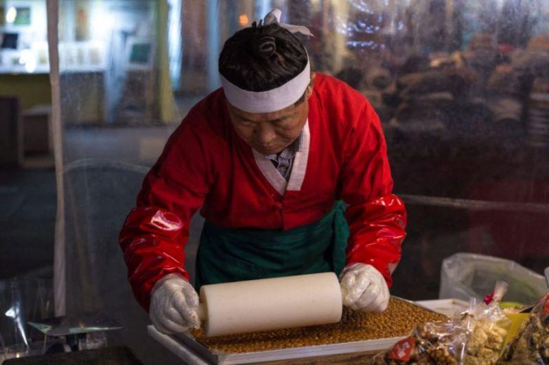Foto de Ruta por El rincón desconocido de Asia Pastelero preparando dulces