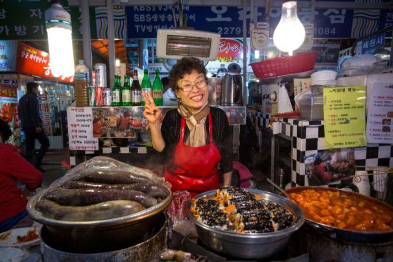 Foto de Ruta por El rincón desconocido de Asia Vendedora en el mercado de Gwangjang Seul