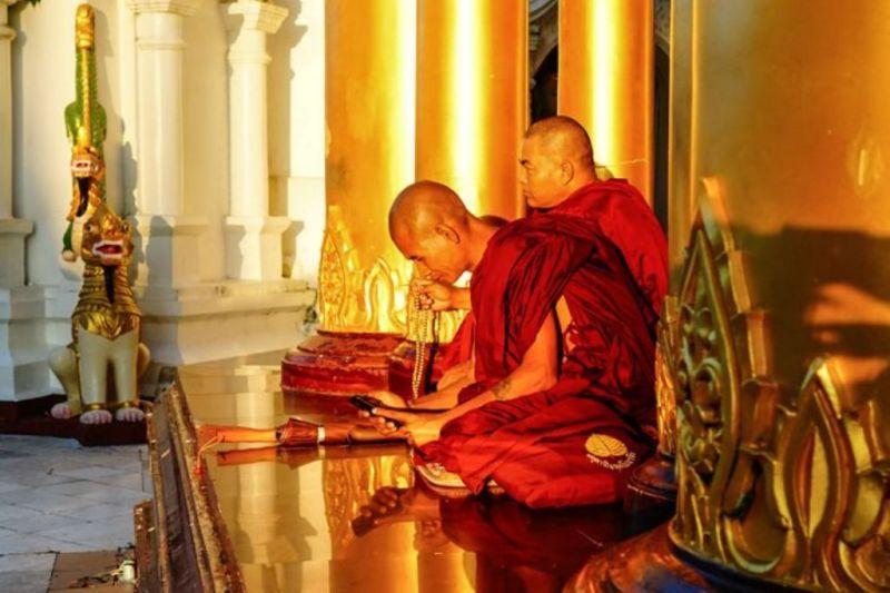 Foto de Ruta por El rincón oculto de Asia Monjes en la pagoda de Shwedagon