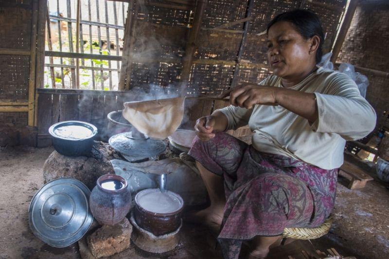 Foto de Ruta por El rincón oculto de Asia Mujer cocinando crepes birmanas