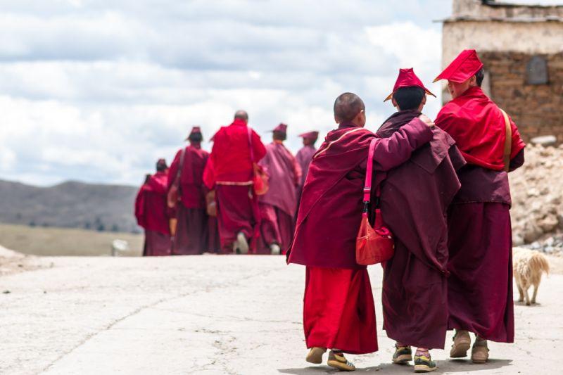 Foto de Ruta por En el corazón de los Himalayas  tibetan monks by Sichuan village in Tibet