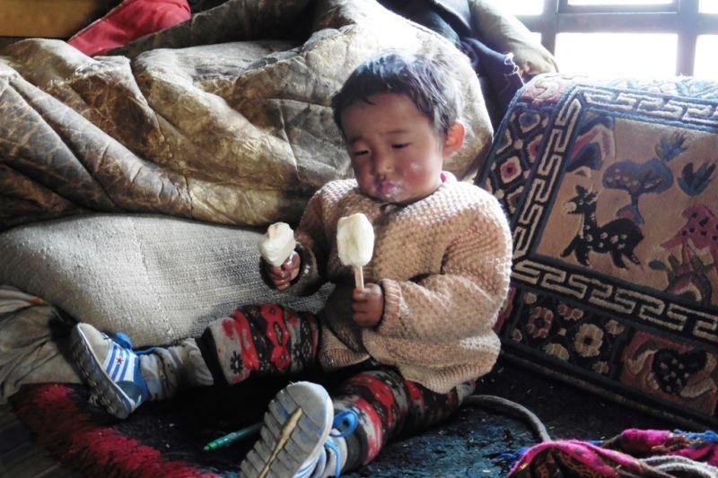 Foto de Ruta por En el corazón de los Himalayas bebe tibetano