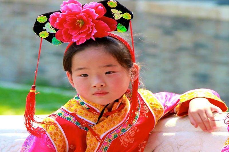 Foto de Ruta por Escapada a China Niña con vestido tradicional