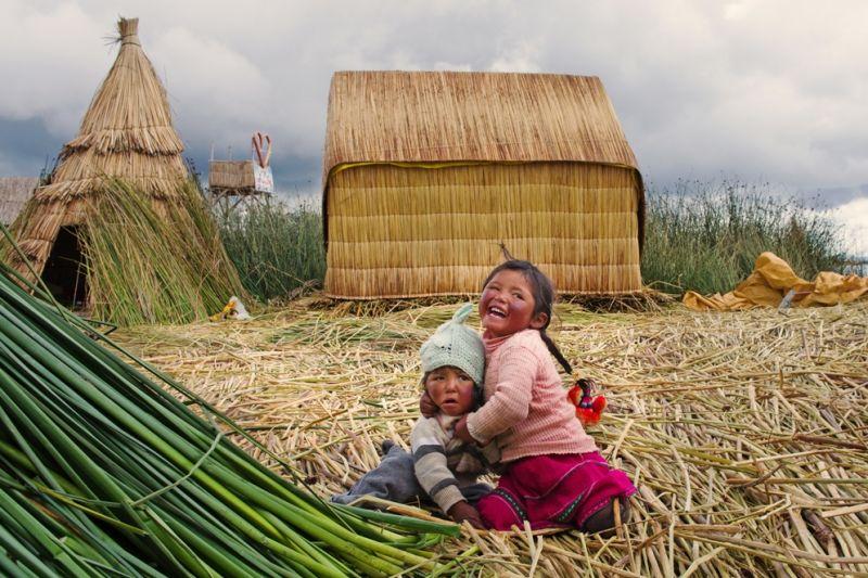Foto de Ruta por La perla andina Niños en las islas flotantes del lago Titicaca