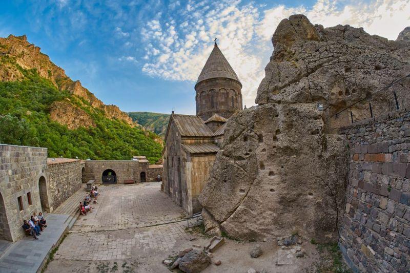 Foto de Ruta por La ruta de los monasterios  Exterior del monasterio de Geghard