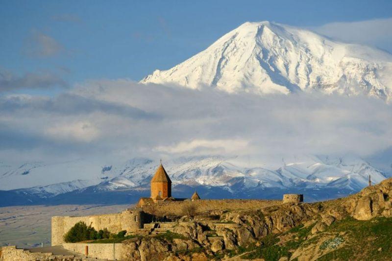 Foto de Ruta por La ruta de los monasterios  Monasterio de Khor Virap con el monte Ararat al fondo
