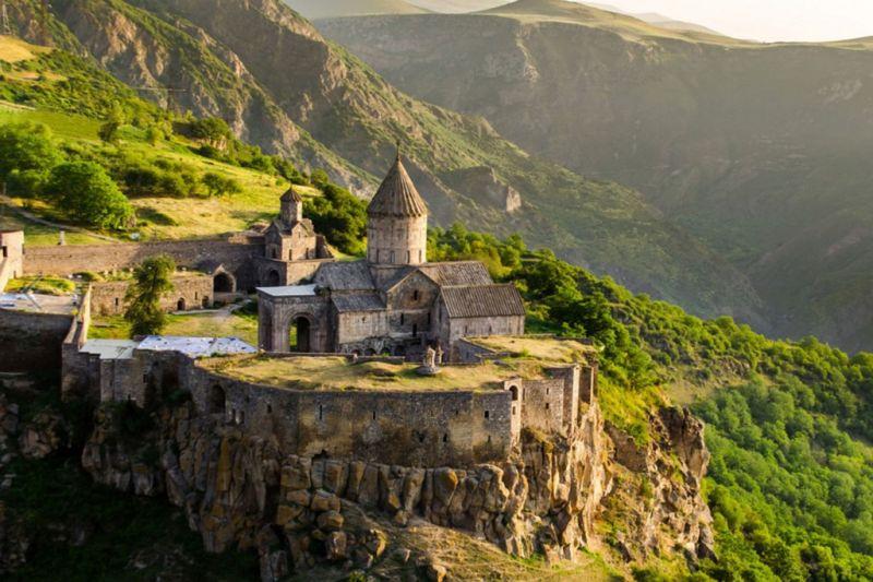 Foto de Ruta por La ruta de los monasterios  Monasterio de Tatev ante el precipicio