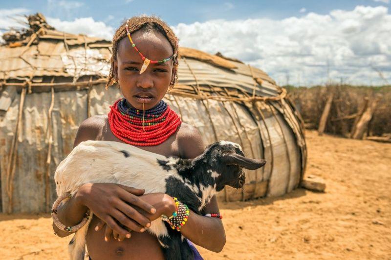 Foto de Ruta por Las tribus del Sur y lo mejor del Norte Niña con cabra