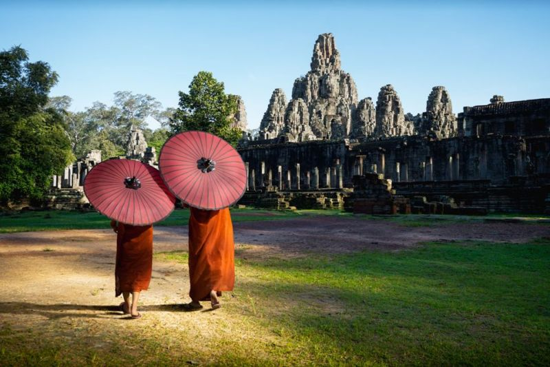Foto de Ruta por Los dioses de Angkor Monjes ante el templo de Bayon. Angkor