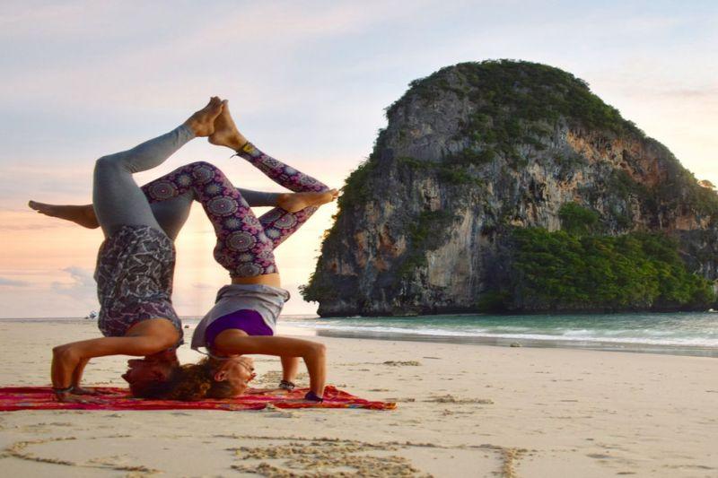 Foto de Ruta por Montañas, verdes arrozales y Yoga haciendo yoga