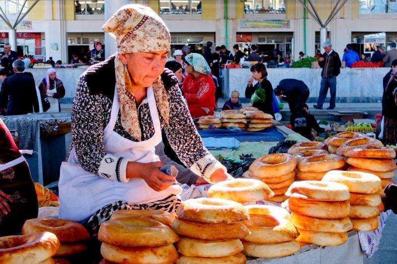 Foto de Ruta por Por tierras de Samarkanda Señora vendiendo pan