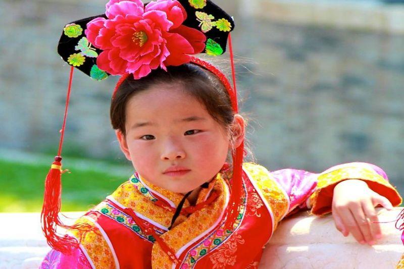 Foto de Ruta por Ruta de los Emperadores Niña con vestido tradicional