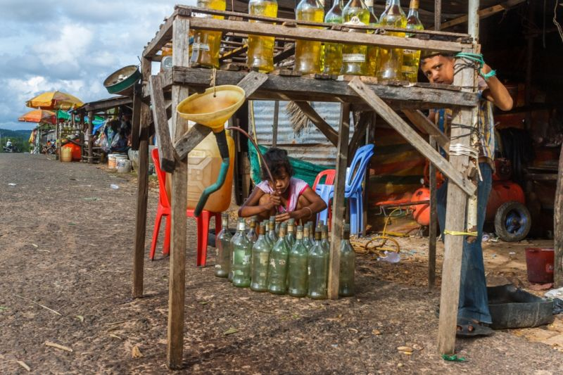 Foto de Ruta por Yoga y Aventura en Camboya Llenando botellas para vender gasolina