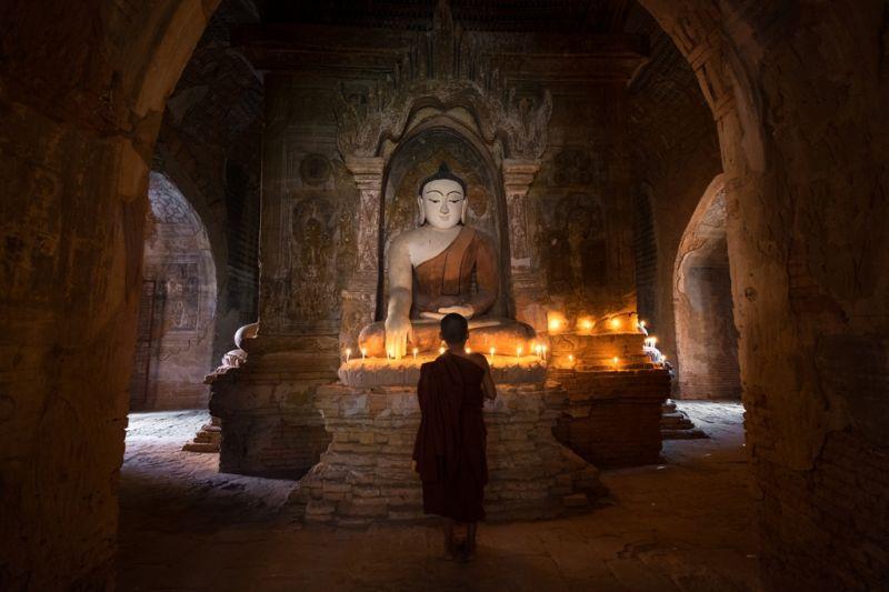 Foto de Ruta por Yoga y Aventura en Camboya Monje rezando en pagoda