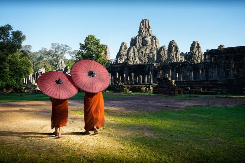Foto de Ruta por Yoga y Aventura en Camboya Monjes ante el templo de Bayon. Angkor