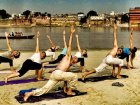 Viaje a India - Haciendo Yoga en una playa de Varanasi