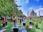 Viaje a India - Haciendo Yoga con el Taj Mahal de fondo