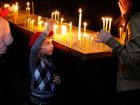Viaje a Armenia - Niño en el interiro de un templo